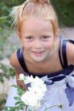 Portrait eines red-haired kleinen Mädchens in einem weißen Dr. Lizenzfreie Stockfotografie