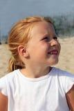Portrait eines red-haired Mädchens von fünf Jahren in einem w Stockfotografie