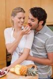 Portrait eines reizend Paares, das Früchte isst Lizenzfreie Stockfotos