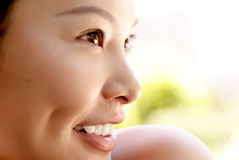 Portrait eines reizvollen östlichen Lächelns der jungen Dame Lizenzfreies Stockfoto