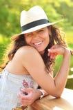 Portrait eines reizvollen Brunette, der einen Strandhut trägt Stockfotografie