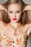 Portrait eines reizvollen Mädchens mit den roten Lippen Lizenzfreie Stockfotos