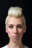 Portrait eines schönen blonden Mädchens lizenzfreie stockfotos