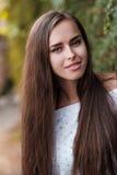 Portrait eines schönen Brunettemädchens stockfoto
