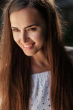 Portrait eines schönen Brunettemädchens lizenzfreie stockbilder