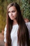 Portrait eines schönen Brunettemädchens lizenzfreie stockfotografie