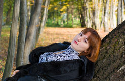 Portrait eines schönen Frauenschauens Lizenzfreies Stockbild