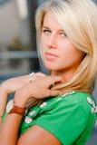 Portrait eines schönen jungen blonden Mädchens u. der Uhr Lizenzfreie Stockfotografie
