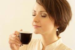Portrait eines schönen jungen Mädchens mit einem Cup Lizenzfreies Stockbild