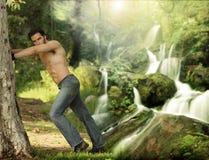 Portrait eines schönen jungen Mannes in der Natur lizenzfreies stockfoto