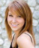 Portrait eines schönen Lächelns der jungen Frau lizenzfreie stockfotos