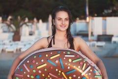 Portrait eines schönen Mädchens auf dem Strand lizenzfreies stockbild