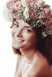 Portrait eines schönen Mädchens in den Blumen Stockbild