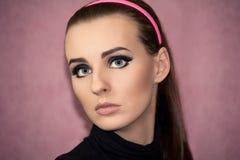 Portrait eines schönen Mädchens in der Retro- Art Lizenzfreie Stockfotos