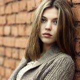 Portrait eines schönen Mädchens draußen lizenzfreies stockfoto