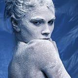 Portrait eines schönen Mädchens im Frost Stockfoto