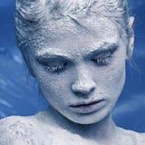 Portrait eines schönen Mädchens im Frost Lizenzfreies Stockfoto