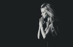 Portrait eines schönen Mädchens im Gebet lizenzfreies stockbild