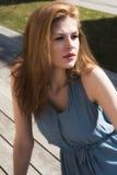 Portrait eines schönen Mädchens im Park Stockbild