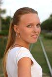 Portrait eines schönen Mädchens mit dem blonden langen Haar Lizenzfreies Stockfoto