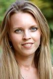 Portrait eines schönen Mädchens mit dem langen Haar Lizenzfreie Stockfotografie