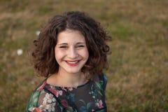 Portrait eines schönen Mädchens mit dem lockigen Haar Lizenzfreie Stockfotografie