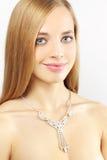 Portrait eines schönen Mädchens mit Halskette auf Grau Stockbilder