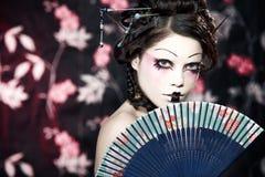 Portrait eines schönen weißen Mädchens in der Geishaart Lizenzfreie Stockfotos