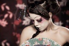 Portrait eines schönen weißen Mädchens in der Geishaart Lizenzfreie Stockfotografie