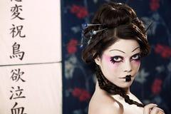 Portrait eines schönen weißen Mädchens in der Geishaart Stockfotografie