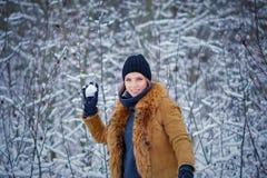 Portrait eines schönen Wintermädchens stockfoto