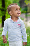 Portrait eines schwarzen Babys, das am Park spielt lizenzfreies stockbild