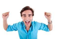 Portrait eines sehr glücklichen jungen Mannes, Arme angehoben lizenzfreies stockbild