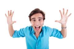 Portrait eines sehr glücklichen jungen Mannes mit seinen Armen r lizenzfreies stockfoto