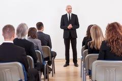 Portrait eines Senior Managers, der Darstellung gibt Stockfotos