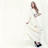 Portrait eines sinnlichen Mädchens in einem weißen Kleid Stockbild