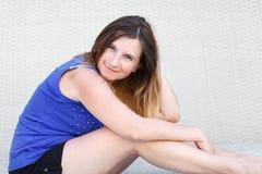 Portrait eines Sitzmädchens lizenzfreies stockbild