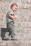 Portrait eines sneaky Jungen Lizenzfreie Stockfotos