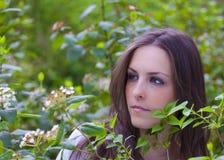 Portrait eines spanischen Brunette im Park Stockfoto