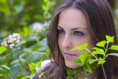 Portrait eines spanischen Brunette im Park Stockfotos