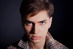 Portrait eines stattlichen jungen Mannes in einem Plaidhemd lizenzfreie stockfotos