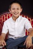 Portrait eines Teenaged Jungen auf Sofa Stockfotografie