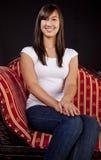 Portrait eines Teenaged Mädchens auf Sofa Stockfotografie