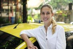 Portrait eines weiblichen Rollentreibers mit ihrem neuen Fahrerhaus Lizenzfreie Stockfotografie