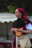 Portrait eines weiblichen Troubadour auf Stelzen Lizenzfreie Stockfotografie