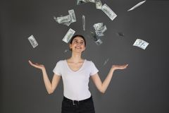 Portrait en buste de l'heureuse fille gaie dans le T-shirt blanc appréciant la douche de 100 cent dollars photographie stock libre de droits
