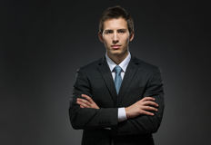 Portrait en buste de l'homme avec les bras croisés Image stock