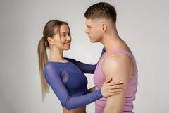 Portrait en buste de vue de côté de jeunes couples sportifs image libre de droits