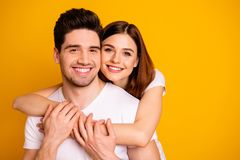 Portrait en gros plan à lui il elle elle deux personnes positives gaies attirantes de belle offre douce avec du charme mignonne g photo stock