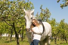 Portrait en gros plan d'adolescente et de cheval Photos libres de droits